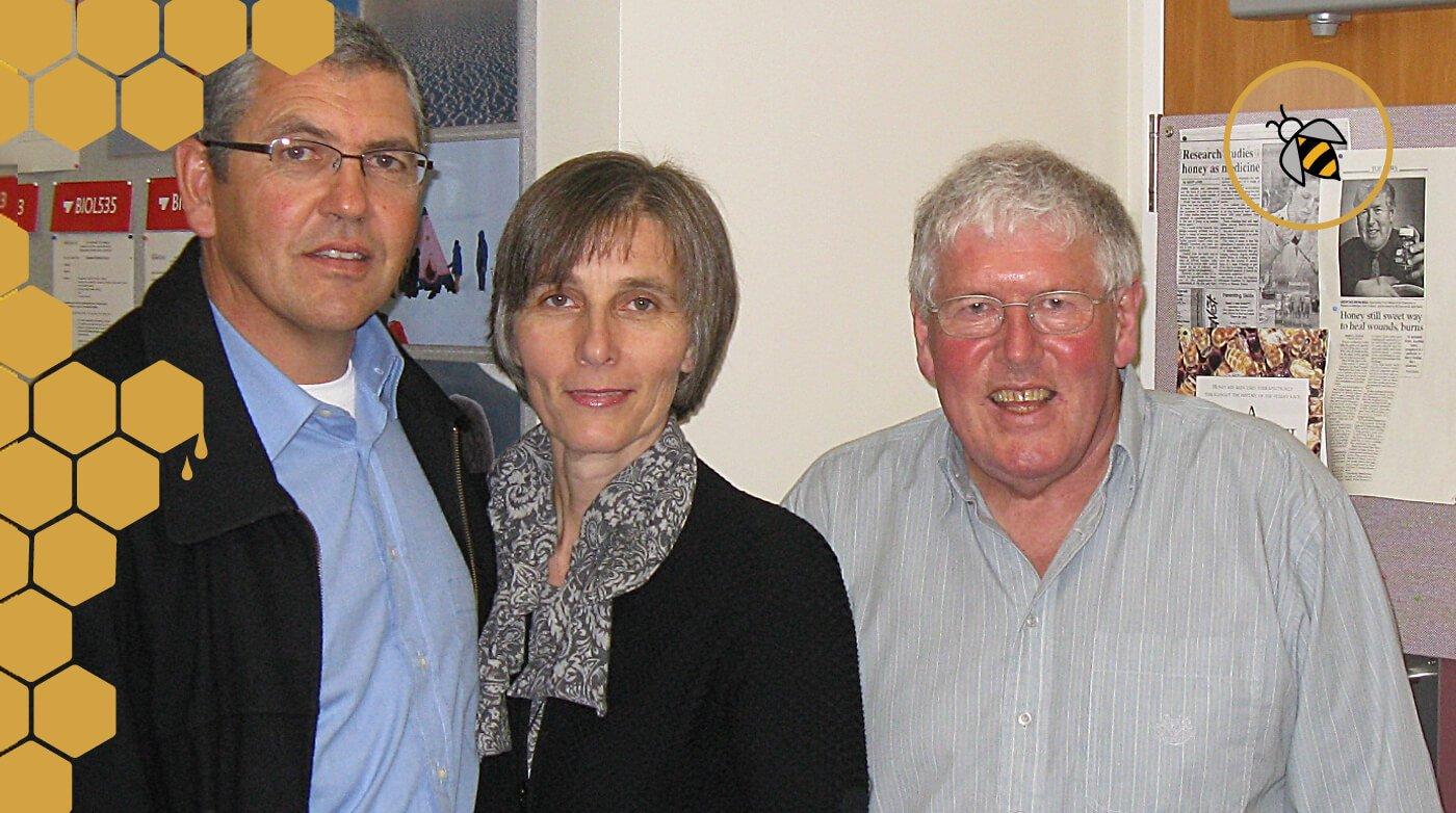 Alan und Andrea van Leeuwen von Larnac Manuka mit Prof. Molan an der Waikato Universität